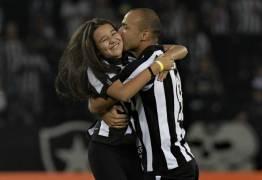 Botafogo: filha de Roger entra em campo e emociona torcida no Rio; VEJA VÍDEO