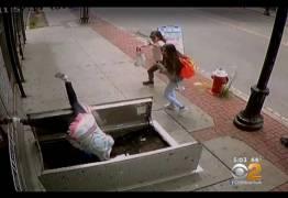 VEJA VÍDEO: Idosa distraída com celular cai em buraco na calçada
