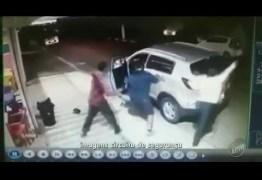 VEJA VÍDEO: Mulher briga com ladrões para tirar filho de carro durante assalto
