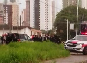 201707070455590000001921 300x219 - Carro capota após perseguição e troca de tiros; Homem foi preso