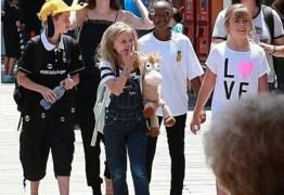 Angelina Jolie diverte-se com os filhos na Disneyland