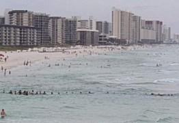 Banhistas fazem 'corrente humana' para salvar família em praia