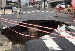 MUITO CUIDADO: Dirigir na cidade é um risco, veja crateras que se formaram em cruzamentos – VEJA FOTOS