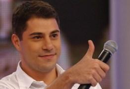 "Evaristo Costa ironiza campanha da Globo: ""Já entendi, celular deitado"""