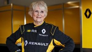 rosemary smith abre 300x169 - Mulher de 80 anos é a pessoa mais velha a pilotar um F1