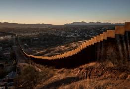 Grupo de voluntários caminham pelo deserto do Arizona com mantimentos para auxiliar imigrantes