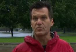 VEJA VÍDEO: Repórter abandona transmissão e salva homem