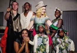 Madonna comemora aniversário e divulga foto inédita com todos os filhos -VEJA VÍDEO