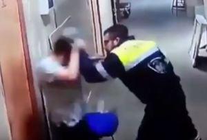 Screenshot 42 300x204 - VEJA VÍDEO - Paramédico chuta a barriga de enfermeira grávida em hospital