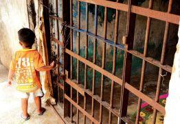 Prédio público abandonado vira moradia para famílias em Jaguaribe