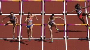 atleta trinidad e tobago queda 0 300x169 - Atleta sofre queda nos 100m com barreiras no Mundial de Atletismo