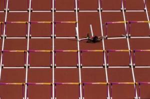 atleta trinidad e tobago queda 2 300x199 - Atleta sofre queda nos 100m com barreiras no Mundial de Atletismo