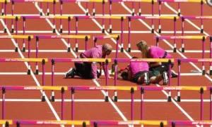 atleta trinidad e tobago queda 3 1 300x181 - Atleta sofre queda nos 100m com barreiras no Mundial de Atletismo