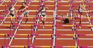 atleta trinidad e tobago queda 4 300x157 - Atleta sofre queda nos 100m com barreiras no Mundial de Atletismo