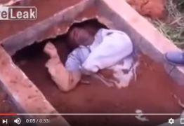 Homem enterrado vivo em São Paulo sai da cova e mulher se choca ao ver a cena no cemitério – VEJA VÍDEO