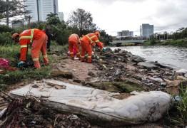 Após recuo da água, 34 toneladas de lixo são retiradas do Guaíba em Porto Alegre