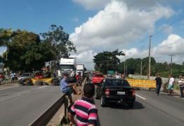 Caminhoneiros fecham BR-101 contra aumento dos combustíveis