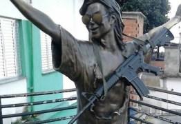 Foto da estátua de Michael Jackson, no Morro Dona Marta, com um fuzil circula na web