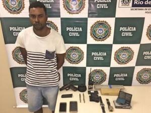 preso manguinhos1 300x225 - Traficante que aparece ostentando armas em rede social é preso em favela