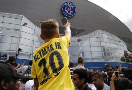 Torcida francesa faz festa para receber Neymar