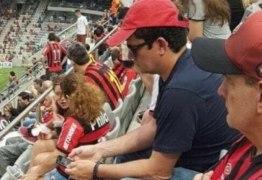 Disfarçado Sérgio Moro assiste partida de futebol