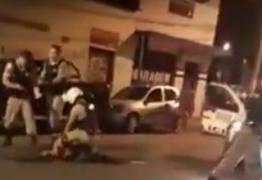 VEJA VÍDEO: Policiais agridem sargento reformado da PM por causa de confusão em bar