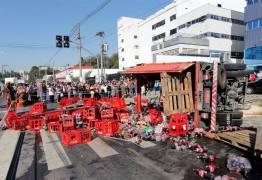 Caminhão tomba sobre faixa de pedestres e mata menina de 13 anos