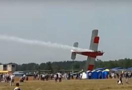 VEJA VÍDEO: Avião cai após acrobacia e mata duas pessoas