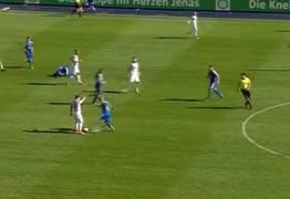 POLÊMICA: E o Fair Play? Jogador para lance por rival caído, mas atacante rouba a bola e faz gol – VEJA VÍDEO DO LANCE
