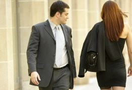 França pode criminalizar 'cantadas' a mulheres em espaços públicos