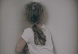 Idoso é flagrado alisando partes íntimas de menina de seis anos