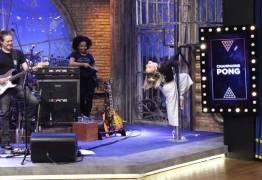 Claudia Leitte faz pole dance no programa de Danilo Gentili