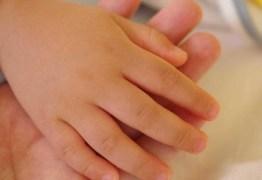 Menino de 3 anos morre ao brincar com arma na casa da avó