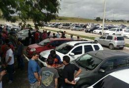 Motoristas de Uber protestam na lateral do Ronaldão nesta manhã