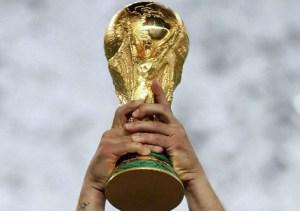 taca da copa do mundo.jpg55797 300x211 - Oitavas de final começam com três campeões do mundo em campo