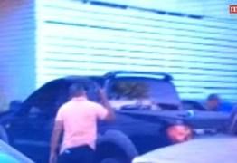 VEJA VÍDEO: Policial aponta arma para cabeça de repórter paraibano