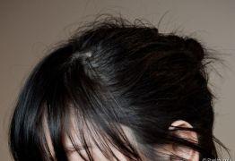 Adolescente processa governo após ser escola obrigá-la a pintar cabelo de preto