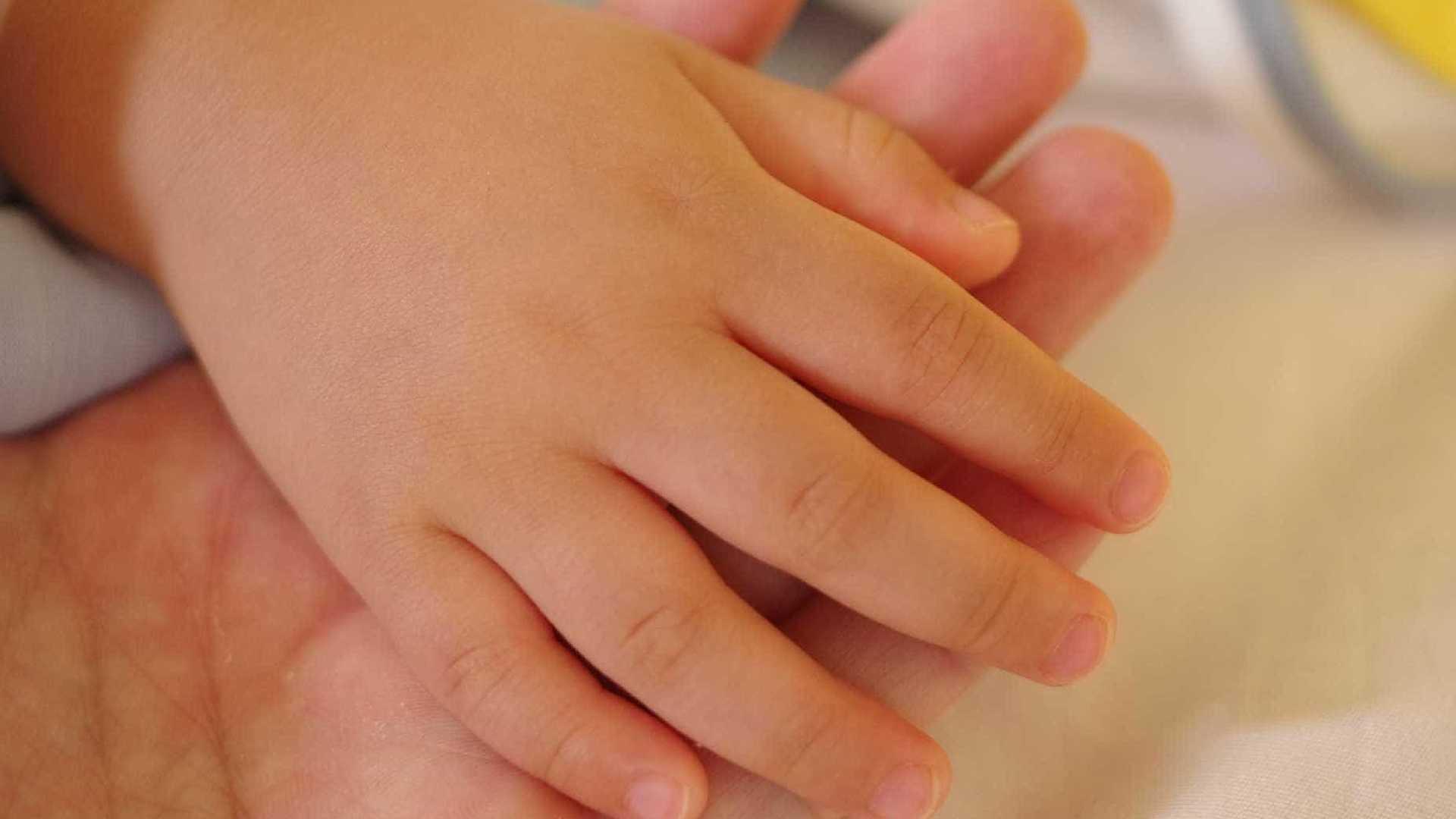 9665 - Mãe é presa por torturar filha de 3 anos e enviar vídeos ao pai