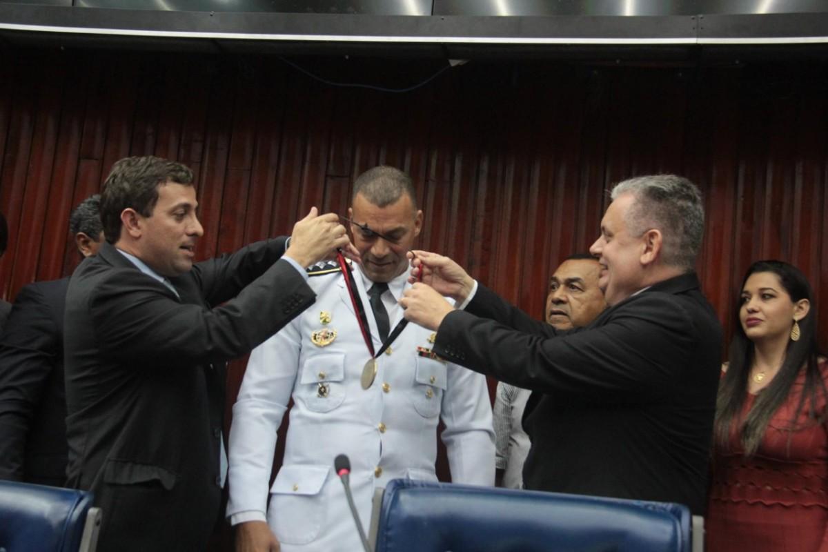 WhatsApp Image 2017 10 11 at 14.58.42 - Por iniciativa de Bosco Carneiro ALPB concede medalha de Honra ao Mérito ao Capitão Sidnei Paiva
