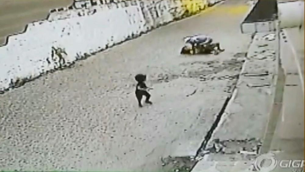 criança - VEJA O VÍDEO: mulher é agredida e roubada na frente de criança em Cabedelo