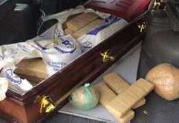Polícia apreende drogas escondias em um caixão dentro de um carro funerário