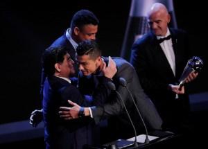 """maradona 300x215 - """"Doeu na alma dar o prêmio a Cristiano Ronaldo e não a Messi"""", diz Maradona"""
