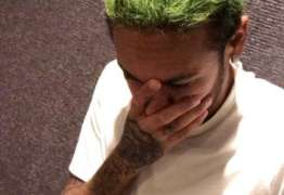 Neymar surpreende e aparece com cabelo verde