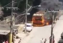 VEJA VÍDEO: Ônibus em chamas atinge carro parado