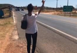 Paula Fernandes pede carona na estrada após problema com ônibus
