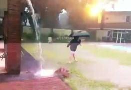 VEJA VÍDEO: Menino é atingido por raio enquanto brincava na tempestade
