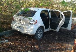 VEJA VÍDEO: Câmera flagra bandidos roubando carro na frente do dono