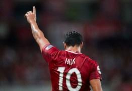 Projeto social recebe material esportivo doado por Hulk