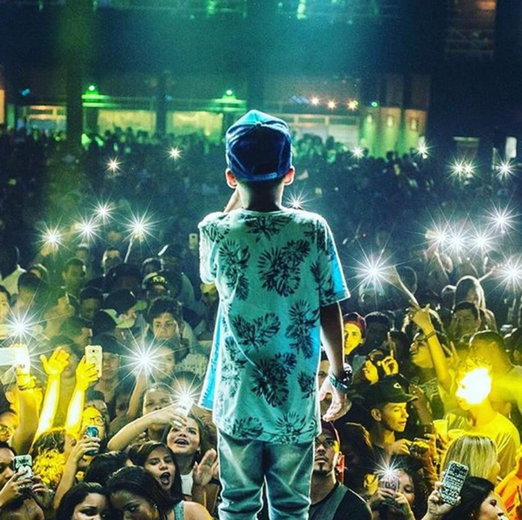 MC Doguinha - MC Doguinha canta letras obscenas ao lado de adultos desde 9 anos e, aos 12, faz até 13 shows por semana
