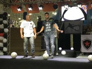 belo 2018 300x225 - No teatro, Botafogo-PB apresenta elenco para 2018 e empolga a torcida